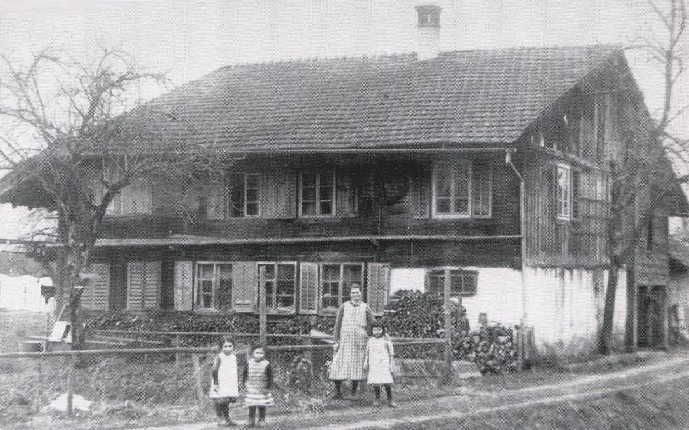 Das Bild aus dem Jahre 1931 zeigt Xaver Schmids Ehefrau Ida mit den drei Töchtern: Marie, Margrith und Ida.